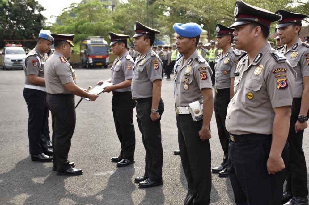 Kapolres Banjar Berikan Delapan Penghargaan untuk Anggota Polri dan ASN di Polres Banjar