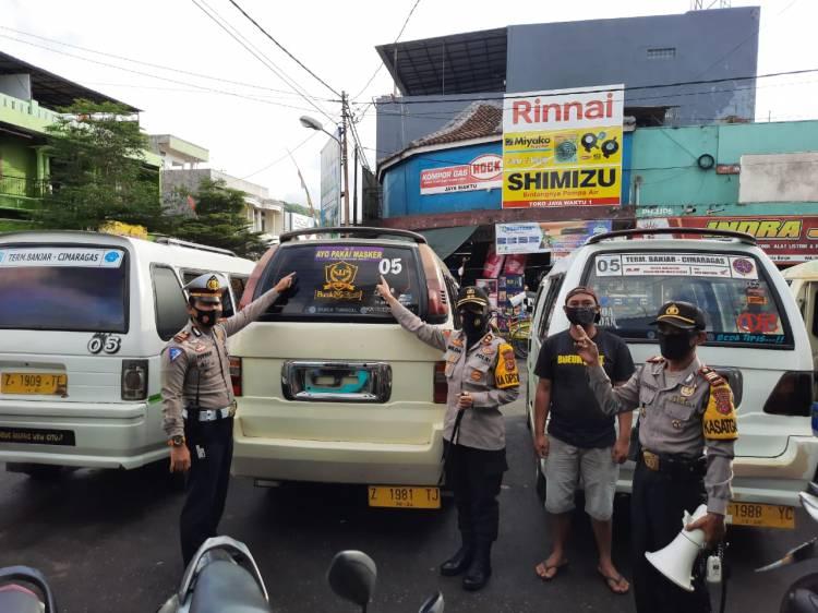 Kapolres Banjar Turut Memasangkan Stiker Ajakan Menggunakan Masker Di Mobil Dinas Dan Kendaraan Umum
