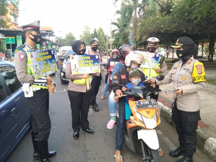 Bagikan Masker Kepada Pengguna Jalan, Kapolres Banjar Turun Langsung Imbau Masyarakat terkait 3M