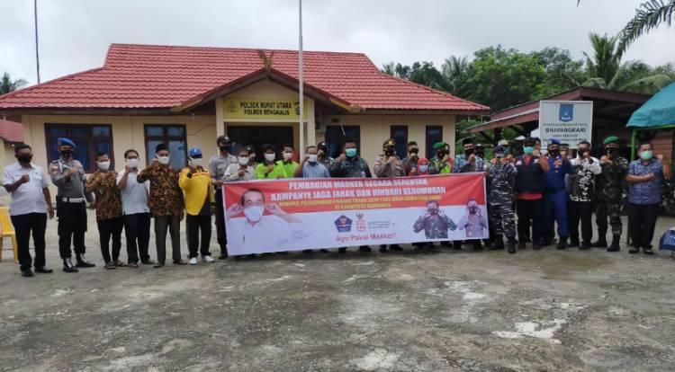 Polsek Dan Camat Rupat Utara  Menggelar Pembagian Masker Gratis