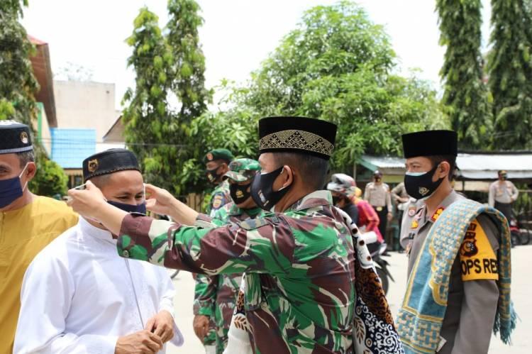 Sebelum Salat Jumat, Dandim 0314/Inhil dan Kapolres Inhil Bagikan Masker Gratis ke Jemaah