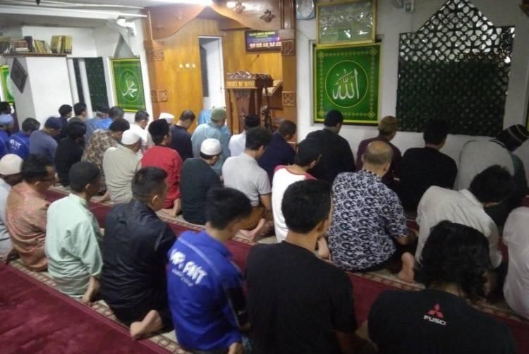 """Jari Kelingking Imam Masjid Patah """"Dibalok"""" Emak-emak saat Pimpin Salat, ini Musababnya"""
