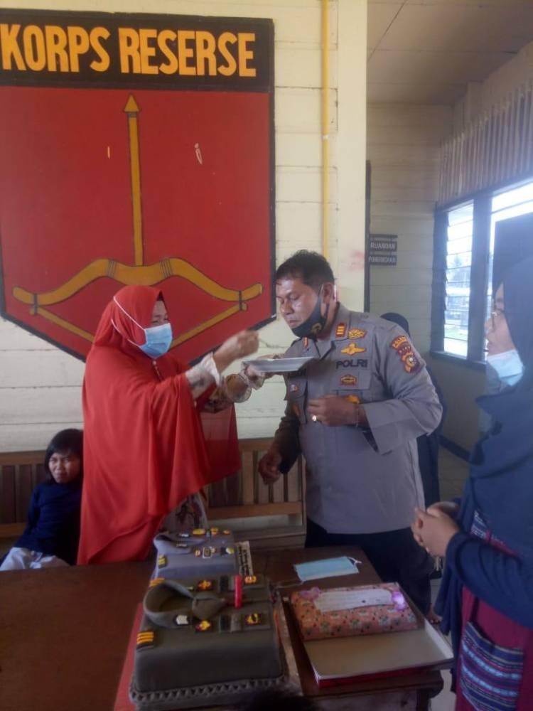 Sengaja Datang dari Pekanbaru, dr. Jasnimar Berikan Surprise buat Kapolsek Singingi