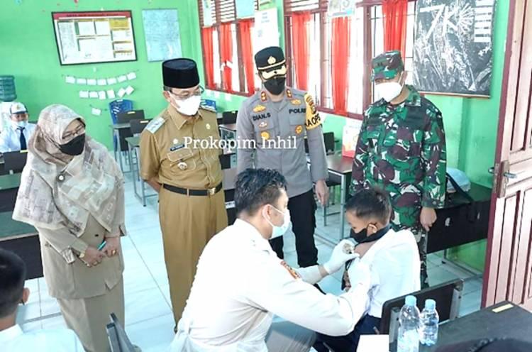 Bupati Inhil Bersama Dandim 0314 dan Kapolres Inhil Pantau Vaksinasi Pelajar di SMP Negeri 1 Tembilahan