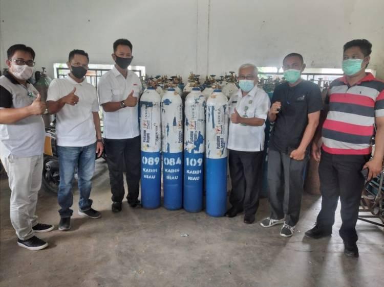Edy Indra Kesuma Serah Terimakan 30 Tabung Oksigen ke Direktur RSUD Puri Husada Tembilahan