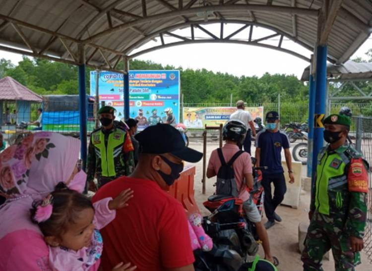 Wajib Pakai Masker Babinsa Koramil 05/Rupat Gelar Disiplin Protokol Kesehatan di Pelabuhan Roro