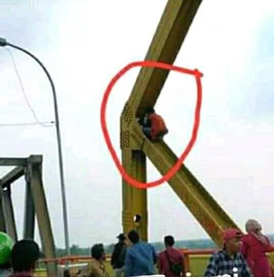 Heboh!! Di Jembatan Rumbai Inhil, Seorang Pria Gendong Anak Ingin Bunuh Diri