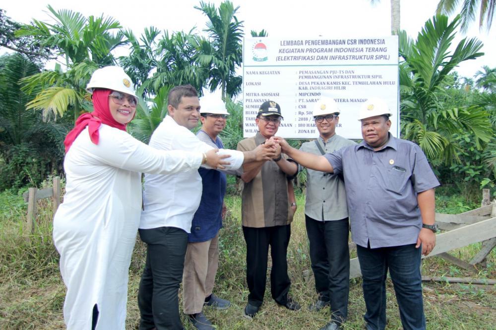 Bupati Indragiri Hilir HM Wardan Meletakan Batu Pertama Tanda di Mulainya Kegiatan Indonesia Terang dari LPCI Untuk Inhil