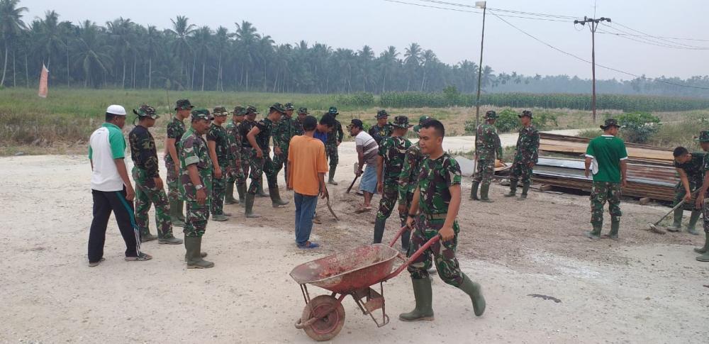 TNI dan Masyarakat Goro Jalan yang akan Ditimbun Sertu