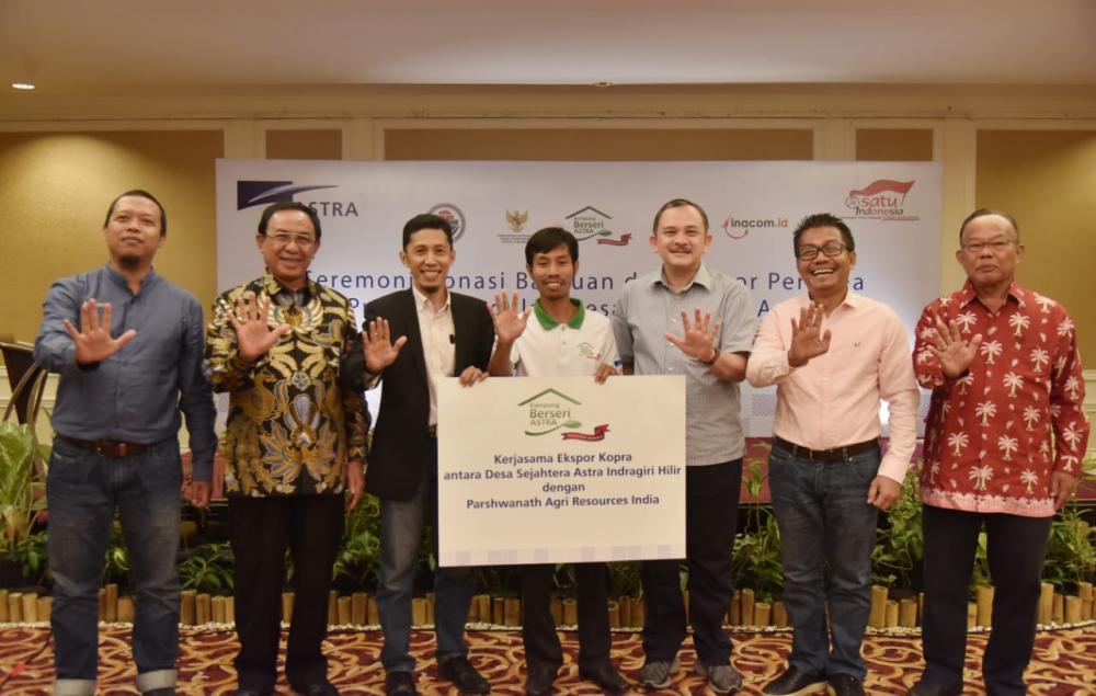PT Astra International Tbk Serahkan Bantuan Untuk Petani Kelapa