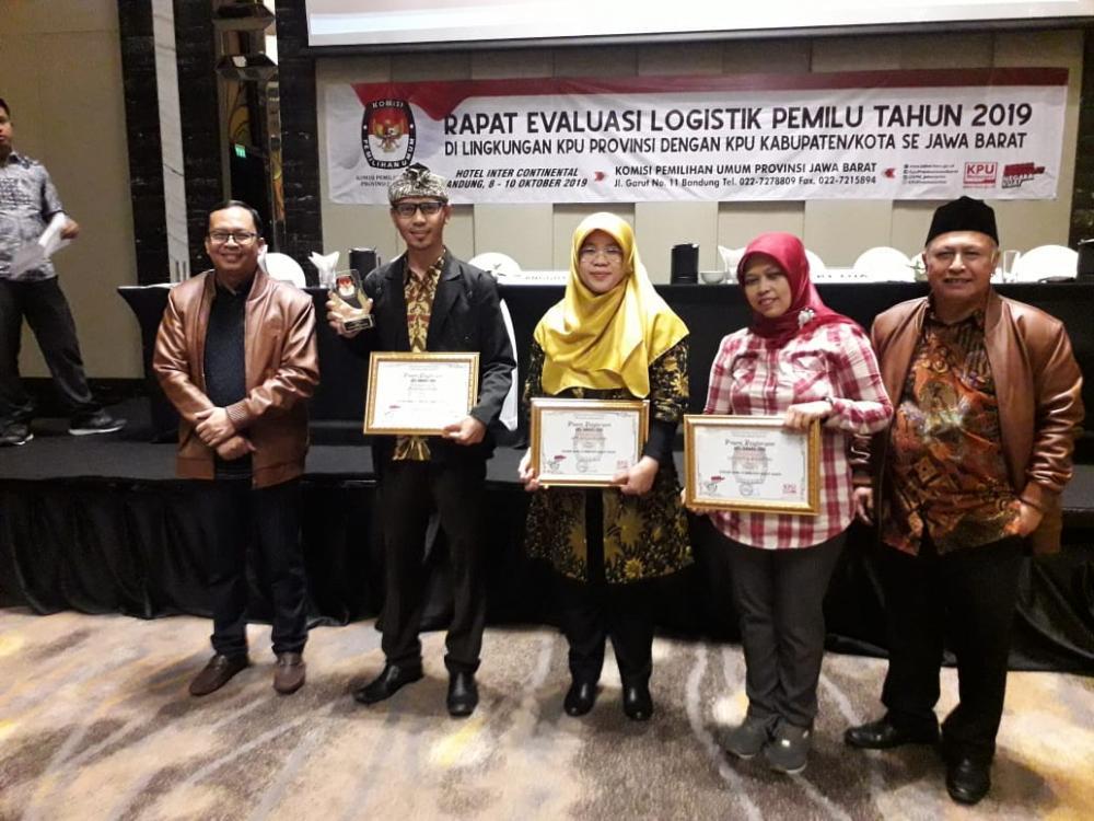 KPU Kota Banjar Raih Dua penghargaan sekaligus dalam acara KPU Award.