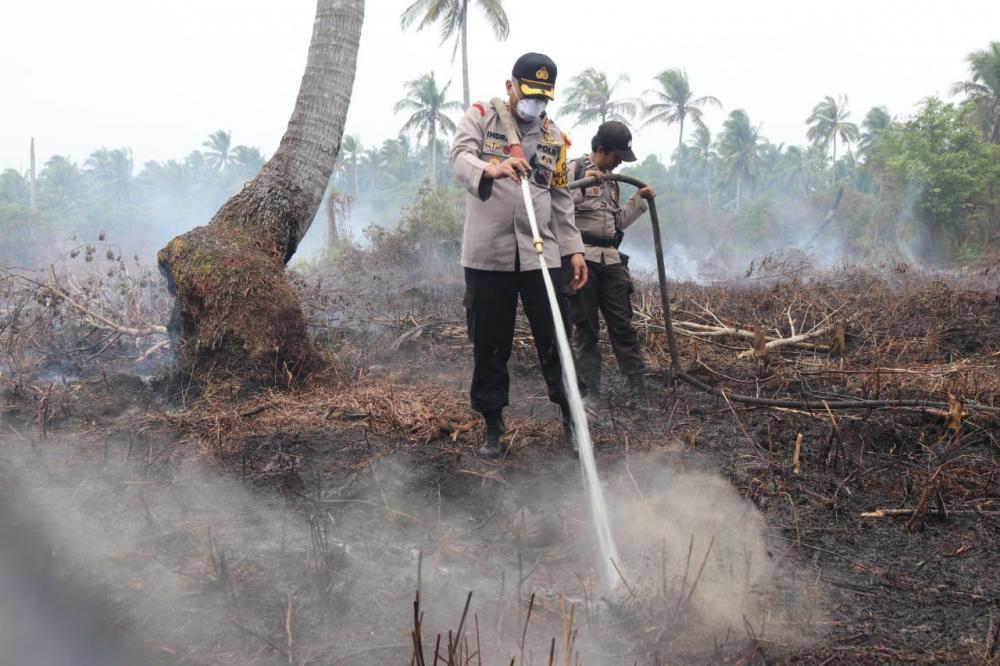 Kapolres Inhil Turun Langsung Menyisir(Kebakaran Hutan dan Lahan) Karhutla Di Kecamatan Mandah.
