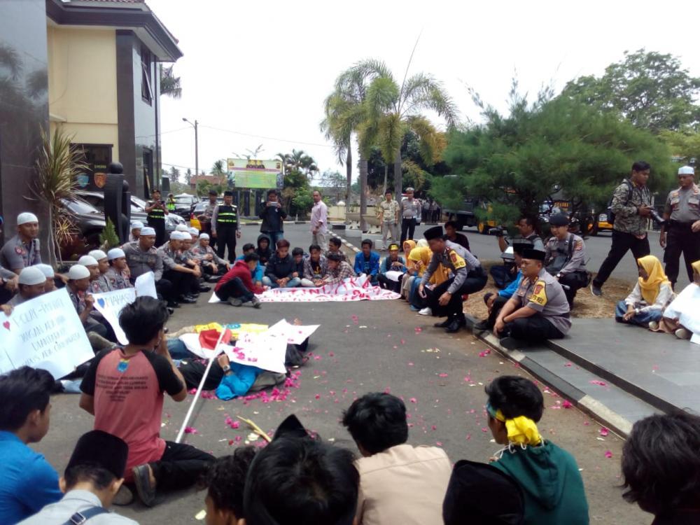 *Unik, Polisi Berkopiah Sambut Aksi Damai Solidaritas dari PMII Kota Banjar*