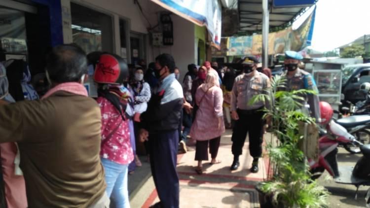 Kapolsek Pataruman Resor Banjar Polda Jawa Barat AKP Cecep Edi Sulaeman, S.IP Pastikan Penyaluran Bantuan BPUM sesuai Prokes