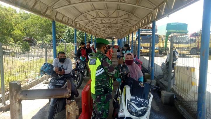 Tegakan Disipiln Babinsa Himbau Masyarakat dan Penumpang Roro Wajib Mengunakan Masker