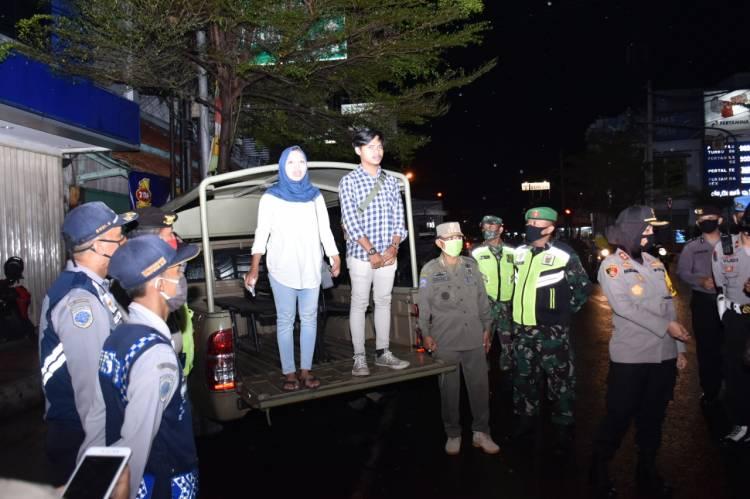 Sepasang Muda-Mudi Terjaring Operasi Yustisi, Disanksi Ucapkan Pancasila di Atas Mobil Dinas Sat Pol PP