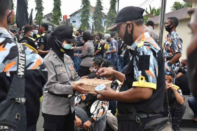Kembali Aksi Simpatik Polwan Polres Banjar Menghadapi Peserta Unjuk Rasa