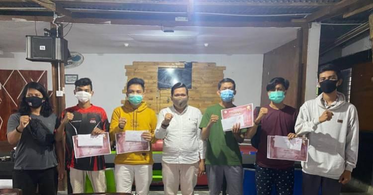 Ketua Pengcap ESI Kabupaten Kuansing Serahkan Hadiah ke para Pemenang Turnamen PUBG