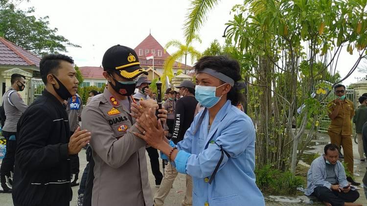Demo Tolak UU Omnibus Law Di Inhil Berlangsung Damai, Demonstran Berswafoto Dengan Kapolres Inhil.