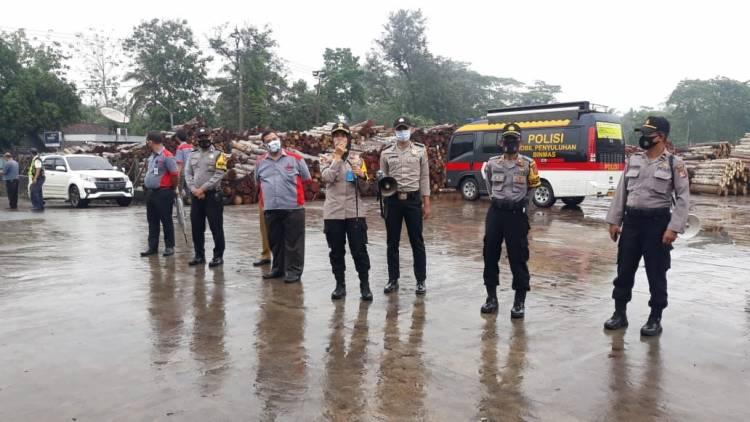 Ditengah Hujan, Kapolres Banjar Lakukan Imbauan Protokol Kesehatan di Lingkungan Industri