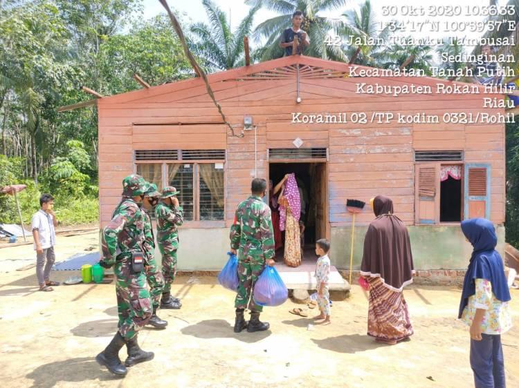 Koramil 02/TP Dim 0321/Rohil Bantu Sembako dan Goro Akibat Musibah Puting Beliung