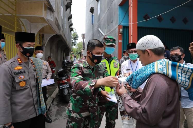 Kapolres Inhil, Dandim 0314/Inhil dan Ketua DPRD Inhil bagikan Masker di Masjid Al-Jama'ah Tembilahan