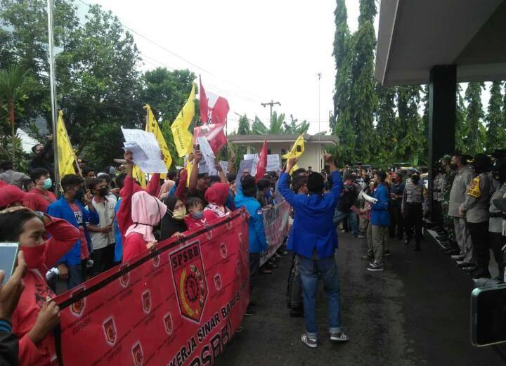 aksi penolakan kembali digelar di halaman gedung DPRD Kota Banjar