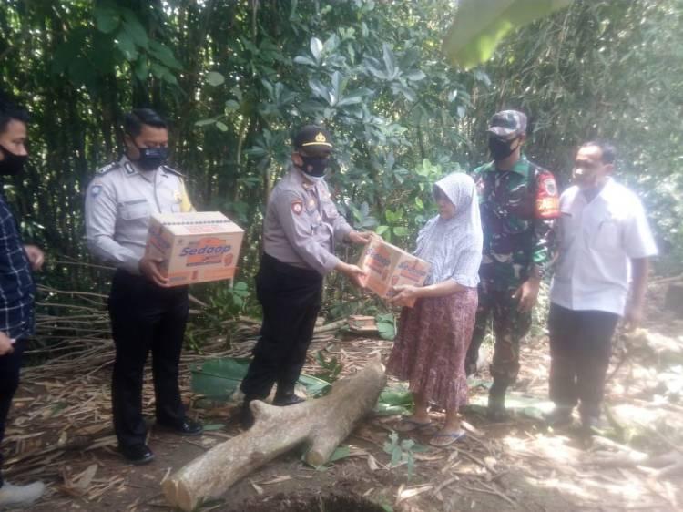 Kapolsek Pataruman Resor Banjar Polda Jawa Barat AKP Cecep Edi Sulaeman, S.IP Berikan Bantuan kepada Ibu Entin Komariah