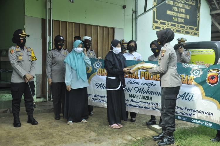 Kapolres Banjar Bersama Personel Beri Bantuan ke Pondok Pesantren As-Sanusiah dan Al-Abror