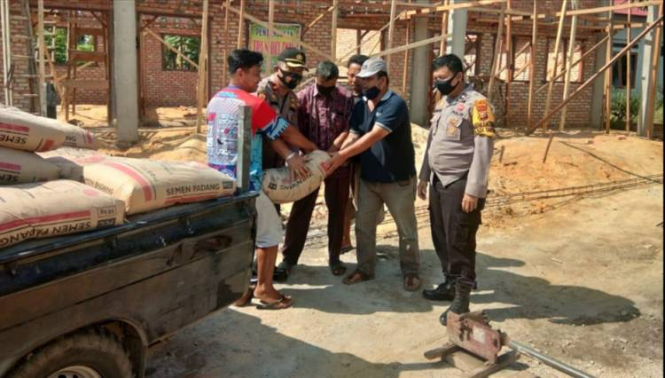 Kapolsek Tapung Bantu 50 Sak Semen untuk Pembangunan TPA Nurul Iman Desa Petapahan