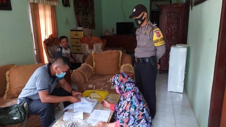 Bhabinkamtibmas Kelurahan Hegarsari Bripka One Suherman Bantu Salurkan JPS