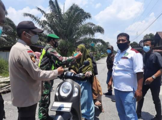 Babinsa Koramil 05/Rupat Gelar Operasi Yustisi Disiplin Masker di Pos PPKM