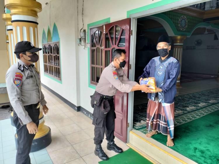 Jajaran Polres Inhil Bagikan Bantuan Paket Sembako dan Nasi Kotak Untuk Penjaga Masjid Di Tembilahan