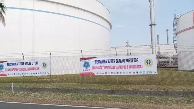 Federasi Serikat Pekerja Pertamina Bersatu (FSPPB). telah memasang spanduk Penolakan Terhadap Ahok