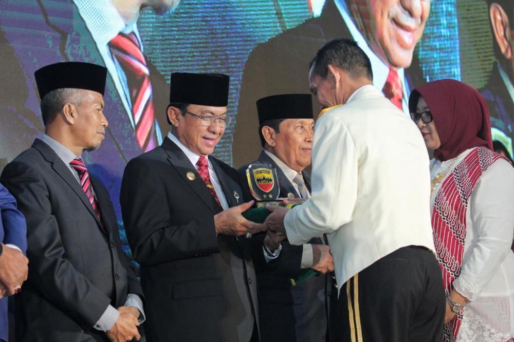 Video: Bupati Inhil Terima Penghargaan dari KODAM I/Bukit Barisan