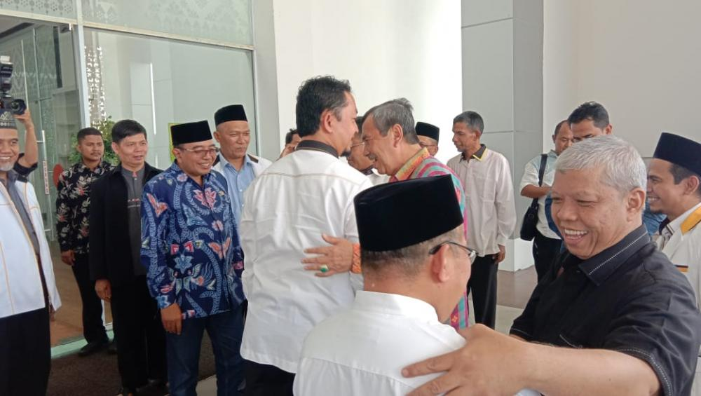 Kedatangan Syahrul Aidi Maazat Disambut Gubri Serta Pejabat Lainnya di Bandara SSQ II