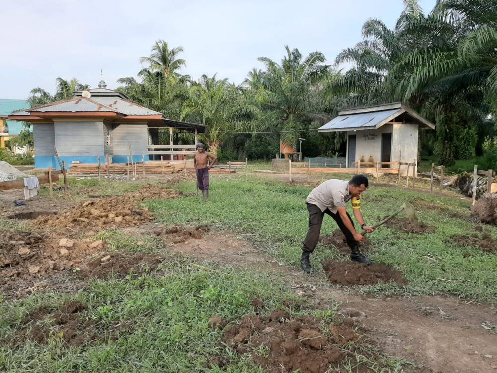Polsek Rupat Bantu Warga Gotong Royong Bangun Renovasi total mushalla Babussalam