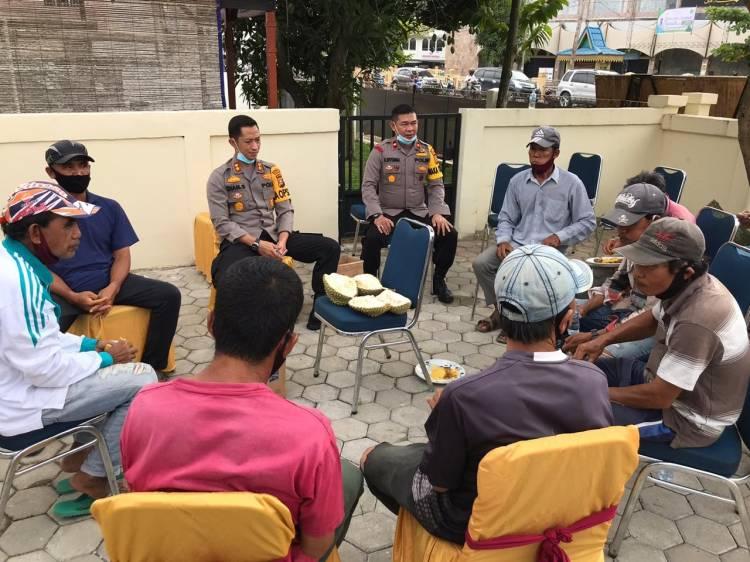 Peduli pada Tukang Becak dan Ojek, Kapolres Inhil Berbagi Nasi Kotak di Wilayah Tembilahan Kota