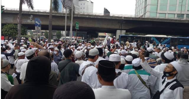 Ribuan Massa Jemput Habib Rizieq Shihab,Siapa Bilang Tak Punya Pengikut.
