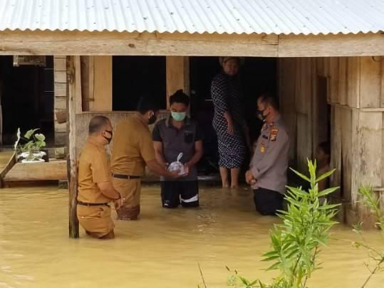 Kapolres Kuansing Rela Basah Kuyup Temui Masyarakat Tertimpa Banjir untuk Bagikan  Nasi Bungkus