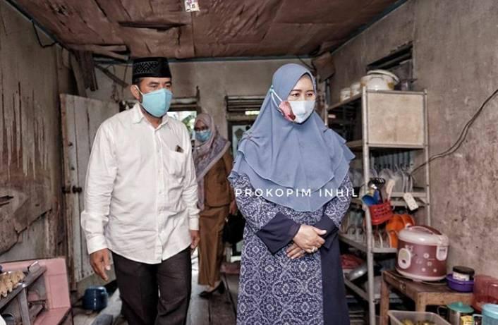 Hj Zulaikha Wardan Selaku Ketua PC Muslimat NU Bersama BAZNas Melakukan Rehab Rumah Asnida