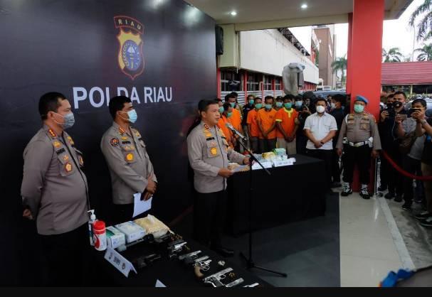 Polda Riau Gulung Sindikat Narkoba, 9 Tersangka dan 7 Pucuk Senpi serta 3 KG Sabu Diamankan