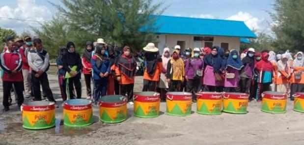 Dalam Rangka HUT PGRI 350 Guru di Rupat Gelar Kegiatan Bakti Sosial Bersih Pantai Ketapang