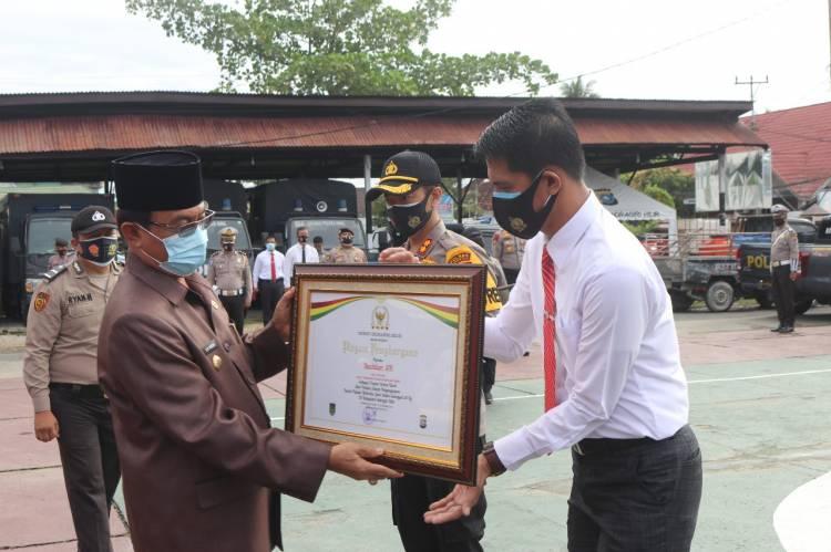 Bupati Inhil, Ketua DPRD dan Kapolres Inhil Beri Penghargaan kepada 9 Personel Berprestasi