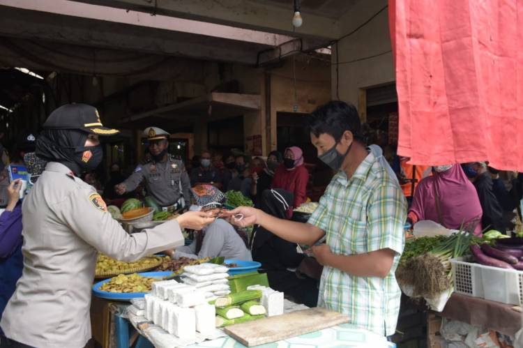 Di Pasar Langensari Kapolres Banjar bersama Walikota Banjar Bagikan Masker dan Sampaikan Imbauan Ini