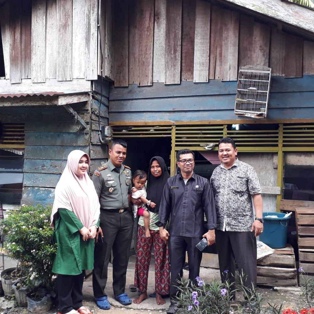 Dandim 0313/KPR Bersama Kades Simpang Kubu Berikan Bantuan Rumah Layak Huni
