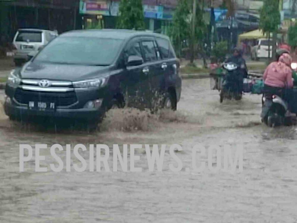 Hujan Sekejap, Jalan Lintas Riau-Sumut Bagan Batu Berubah Bak Sungai Meluap