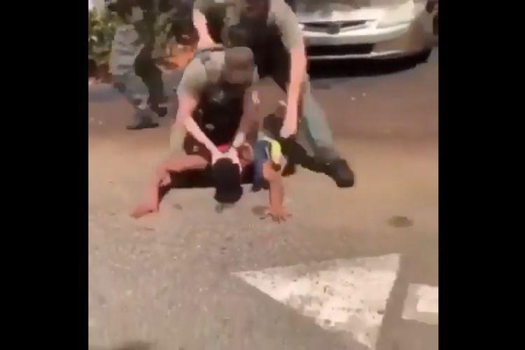 Seorang Polisi di Florida,AS Video Beredar Memukul dan Menghamtam Kepala Remaja, di Pecat