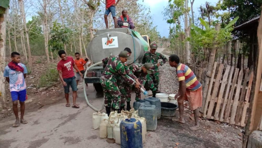 Sulit Mendapatkan Air di Perbatasan, Satgas Pamtas RI-RDTL Yonif 132 BS , Bagikan Air Gratis Untuk Masyarakat .