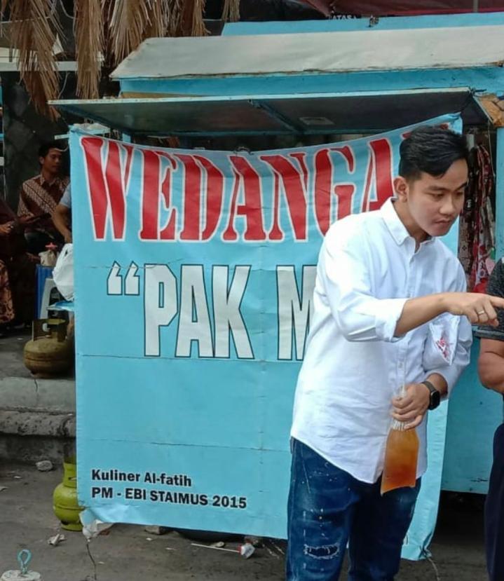 Heboh!! Dunia Maya Khususnya twitter, Tindakan Anak Presiden Joko Widodo,Gibran Rakabuming Raka Beli Es Teh Dipedagang Kaki Lima(PKL)